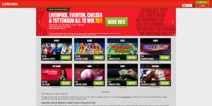"""Kuvakaappaus Ladbrokes-nettikasinon etusivusta: punaista taustaa vasten eri jalkapallojoukkueiden nimiä. Sen alla kuvia eri peleistä, kuten """"Sports"""", """"Casino"""" ja """"Slots""""."""